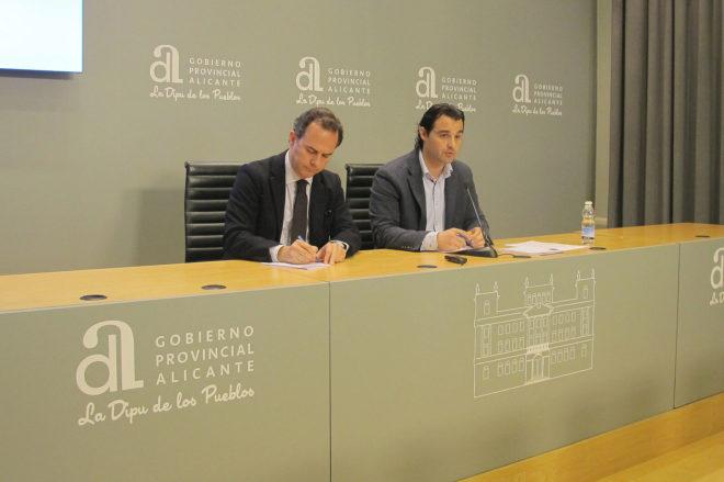 El portavoz del PP, Carlos Castillo, y Eduardo Dolón, ayer.