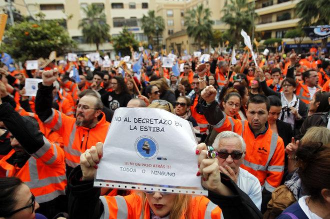 Protesta a favor de los estibadores en el puerto de Algeciras.