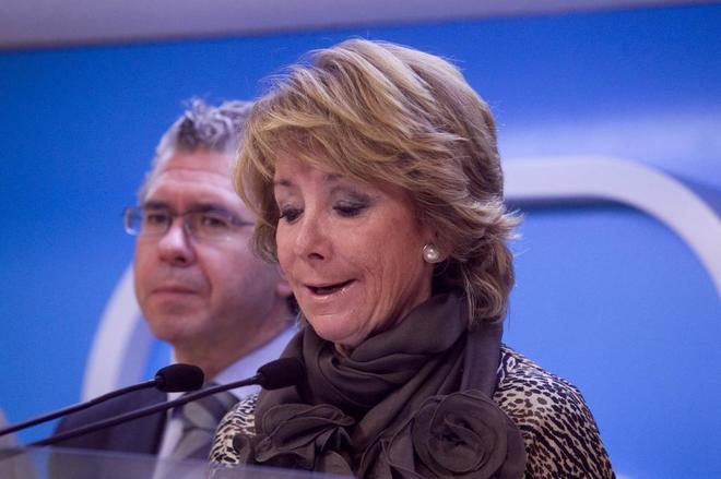Francisco Granados y Esperanza Aguirre, en rueda de prensa en la sede del PP, en 2011.