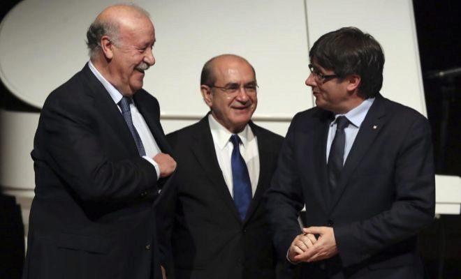 Carles Puigdemont, junto a Vicente del Bosque y José Luis Rodríguez.