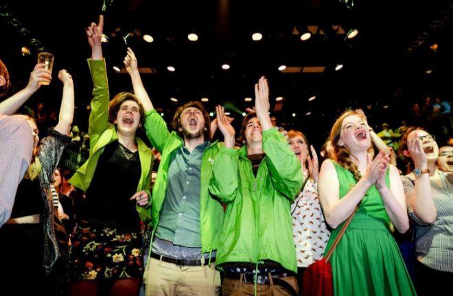 Miembros de GroenLinks celebran durante la noche de las elecciones hoy.