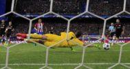 Leno detiene un balón de gol a Correa en el Calderón.