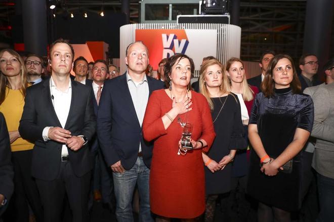 Miembros del partido de Rutte contienen la respiración durante los resultados.