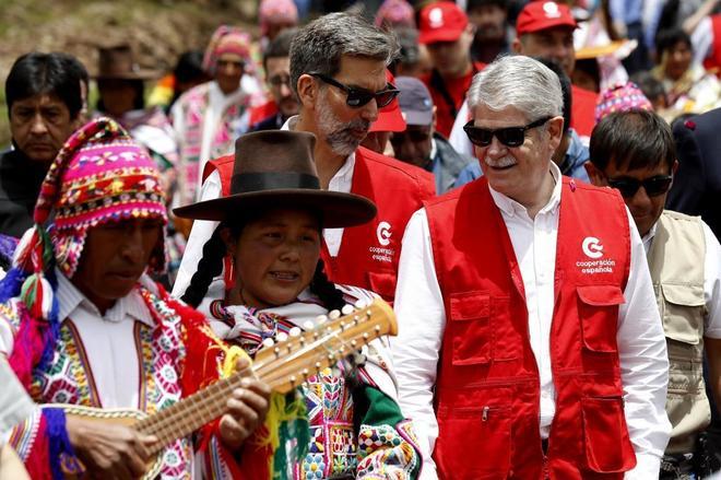 El ministro de Asuntos Exteriores, Alfonso Dastis, junto al embajador español en Perú, Ernesto de Zulieta, en Cuzco.