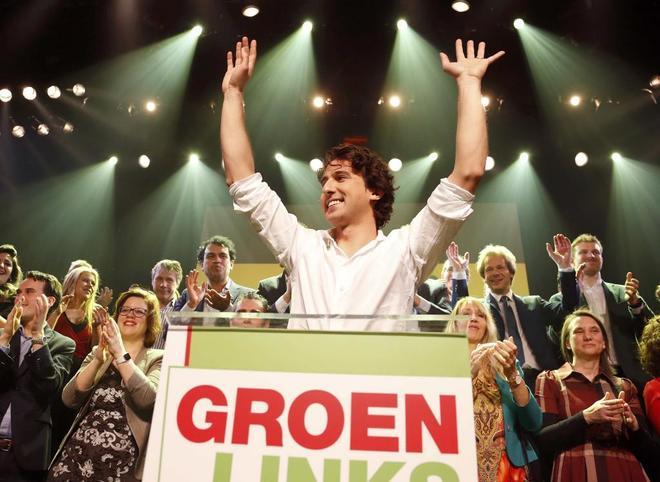 El líder de GroenLinks, Jesse Klaver, saluda a sus simpatizantes tras conocer los resultados electorales.