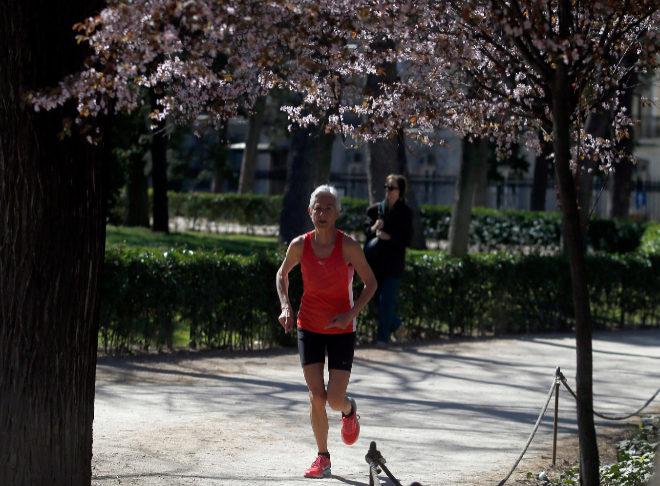 Una corredora, en el Parque de El Retiro (Madrid).