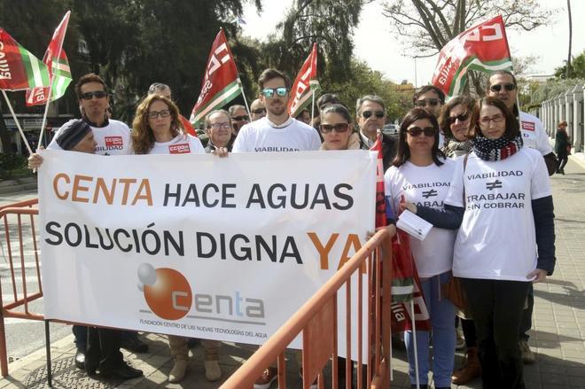 Trabajadores de la Fundación Centa protestan a las puertas del Parlamento.