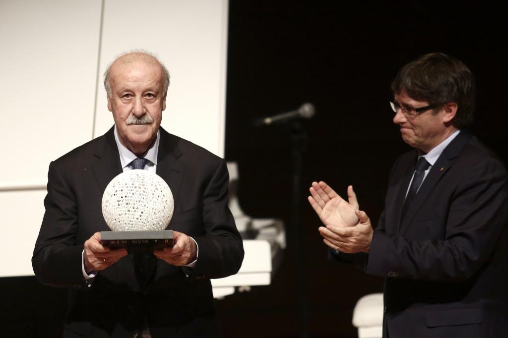 El presidente de la Generalitat de Catalunya, Carles Puigdemont, entrega el premio Blanquerna a Vicente del Bosque.