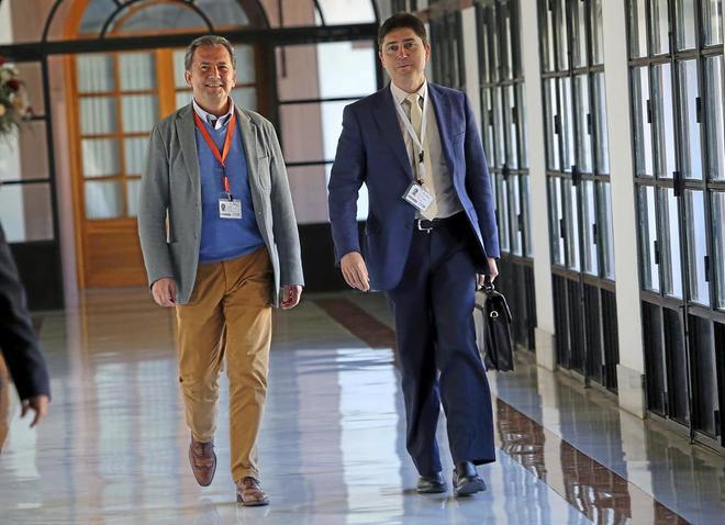 Gonzalo Rodríguez Nevado (izqda.), el día que compareció ante la comisión de investigación sobre el fraude de la formación en el Parlamento, en abril de 2016..