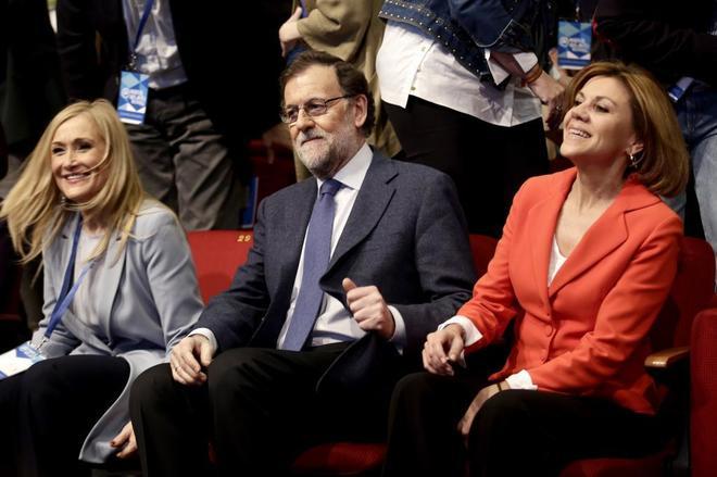Mariano Rajoy, con Cristina Cifuentes y María Dolores de Cospedal en...