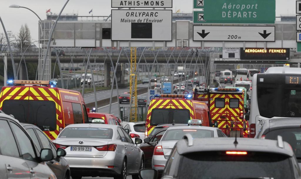 Los serviciso de emergencia llegan al aeropuerto de Orly, en París.