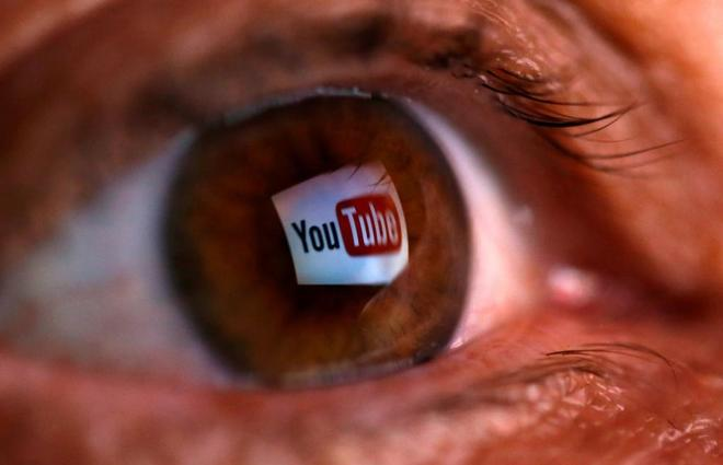 El logotipo de YouTube, reflejado en un ojo.