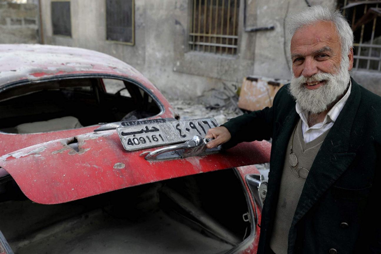Mohamed Anis abriendo el maletero de su Hudson Commodor del 49, coche...