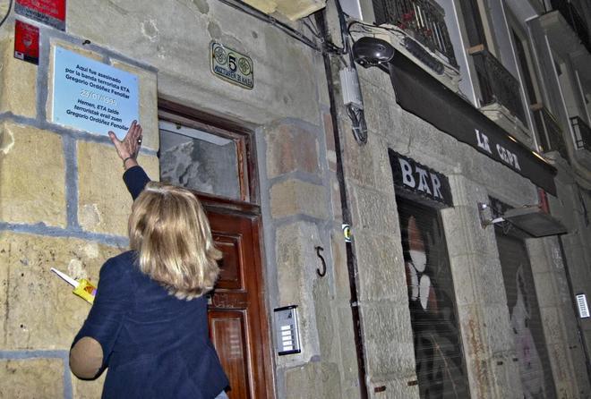Consuelo Ordóñez, presidenta de Covite, coloca una placa en memoria...