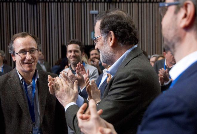 Mariano Rajoy, ayer en Vitoria, aplaude al líder del PP vasco,...