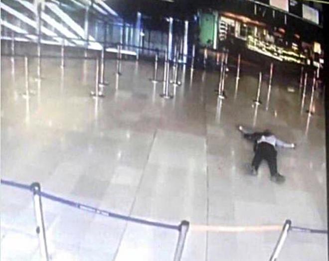 Imagen captada de una cámara del aeropuerto de Orly en la que se va al atacante abatido en el suelo.