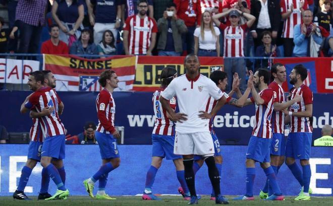 Los jugadores del Atlético de Madrid celebran el gol de Koke, el tercero al Sevilla.