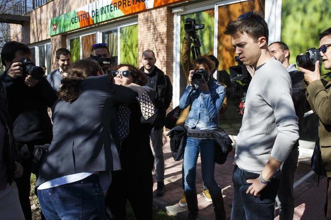 Pablo Iglesias saluda a una seguidora ante la mirada de Íñigo...