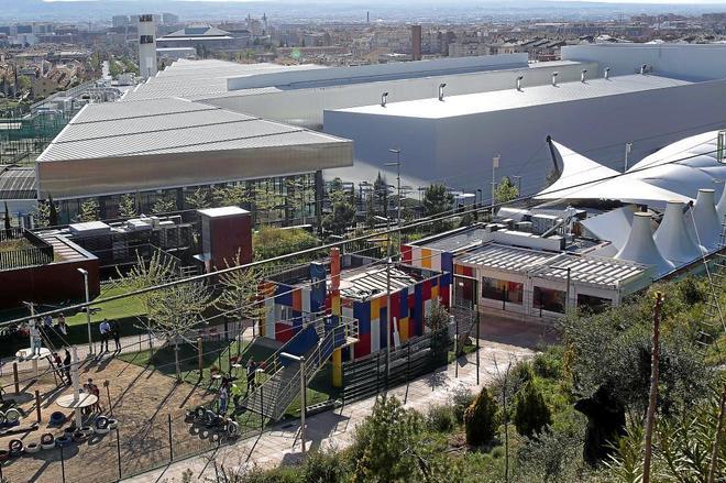 Discoteca, junto a la zona infantil en el centro comercial Serrallo de Granada.