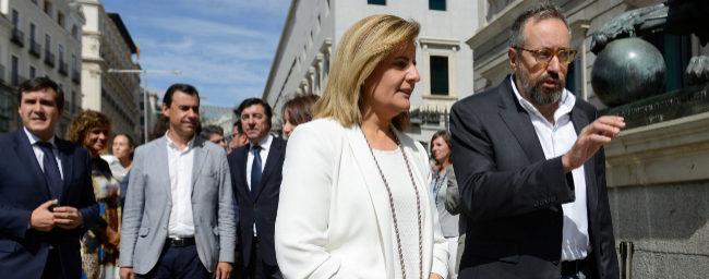 La ministra de Empleo, Fátima Báñez, y el portavoz de C's, Juan...