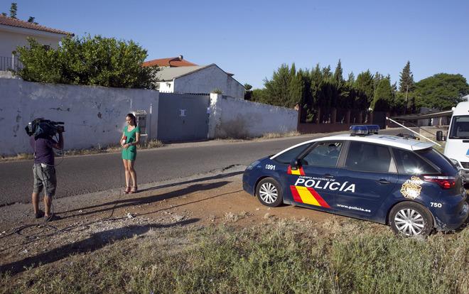 Unos reporteros a las puertas de la finca Las Quemadillas, donde José Bretón asesinó a sus hijos.