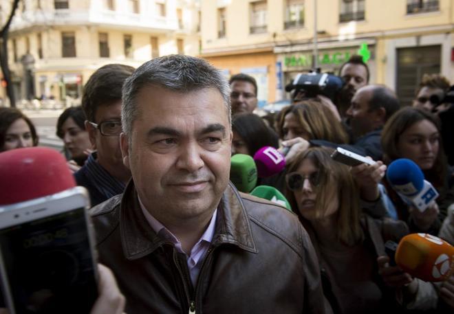 El representante de Pedro Sánchez, el secretario de Organización de...