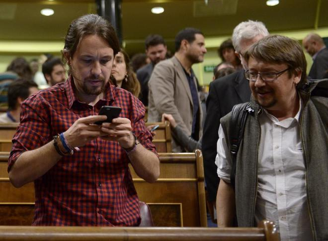 El líder de Podemos, Pablo Iglesias, y el diputado de En Comú Podem, Xavier Domènech, hoy en el Congreso.