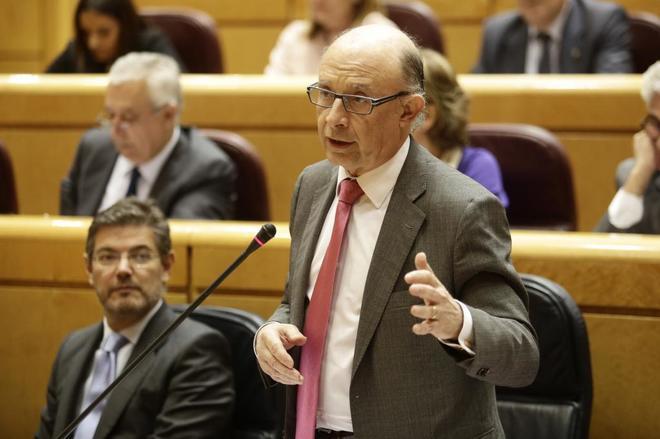 El ministro de Hacienda, Cristóbal Montoro, en el la sesión de...