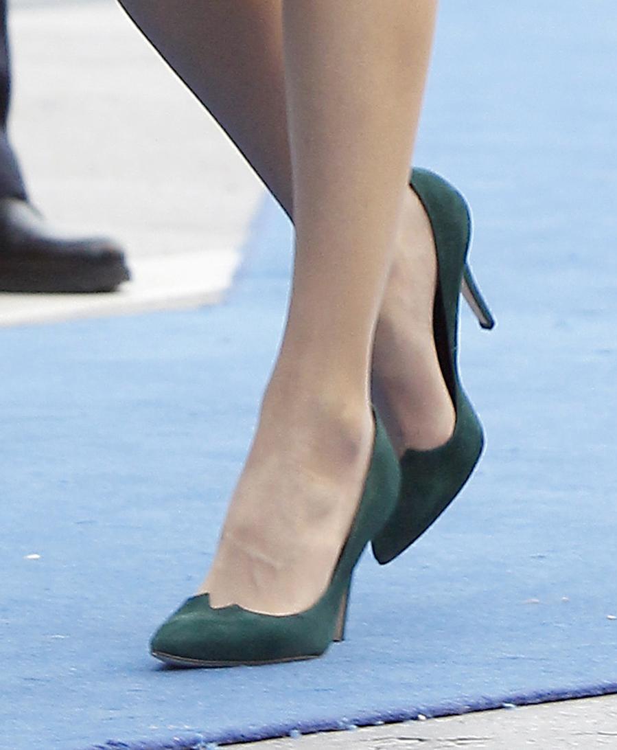 mejor servicio 9ff7d d6a51 Letizia con zapatos de salón en tono verde botella de Magrit ...