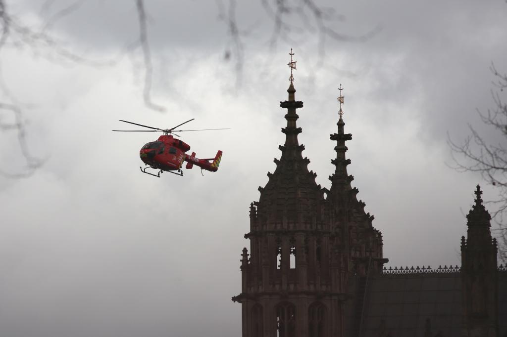 Un helicóptero medicalizado sobrevuela el Parlamento de Londres.