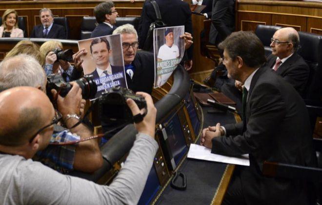 Diego Cañamero muestra a Rafael Catalá dos carteles de Urdangarin y...