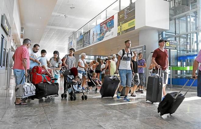 El aeropuerto de El Altet sigue al alza y eleva en verano el 13,7 ...