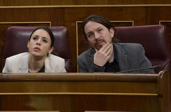 Los diputados de Unidos Podemos Pablo Iglesias e Irene Montero en el...