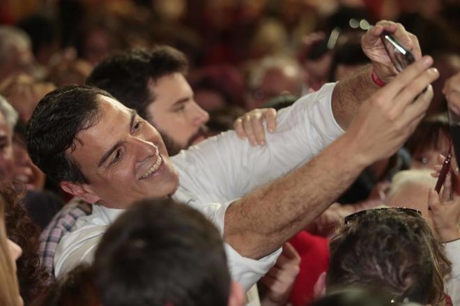 Pedro Sánchez durante un encuentro con militantes en Granada.