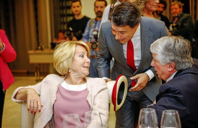 La ex presidenta de Madrid, Esperanza Aguirre charla con su sucesor...