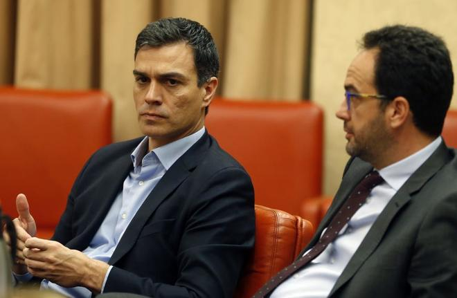 Pedro Sánchez y Antonio Hernando, en una imagen en el Congreso el...