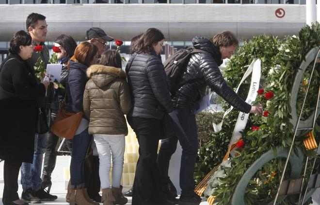 Los familiares en el Homenaje a las victimas del accidente de Germanwings en el Aeropuerto del Prat hace un año.