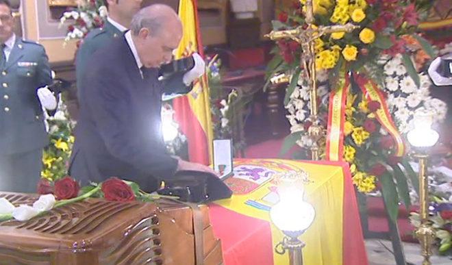 Jorge Fernández en el funeral por el agente en Barbastro.