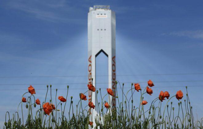 Torre perteneciente a la planta solar que Abengoa tiene en Sanlúcar la Mayor, cerca de Sevilla.