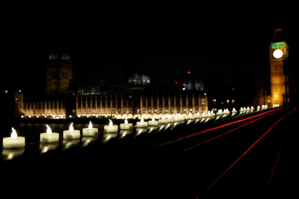 El puente de Londres luce iluminado por cientos de velas que lo cruzan en homenaje a las víctimas.