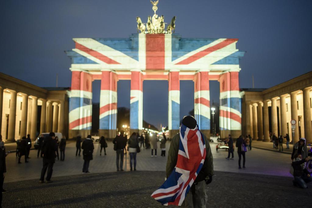 La puerta de Brandenburgo en Berlin, iluminada por la bandera del Reino Unido.
