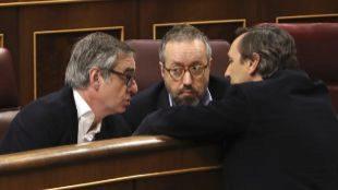El 'popular' Rafael Hernando conversa en el Congreso con los diputados...