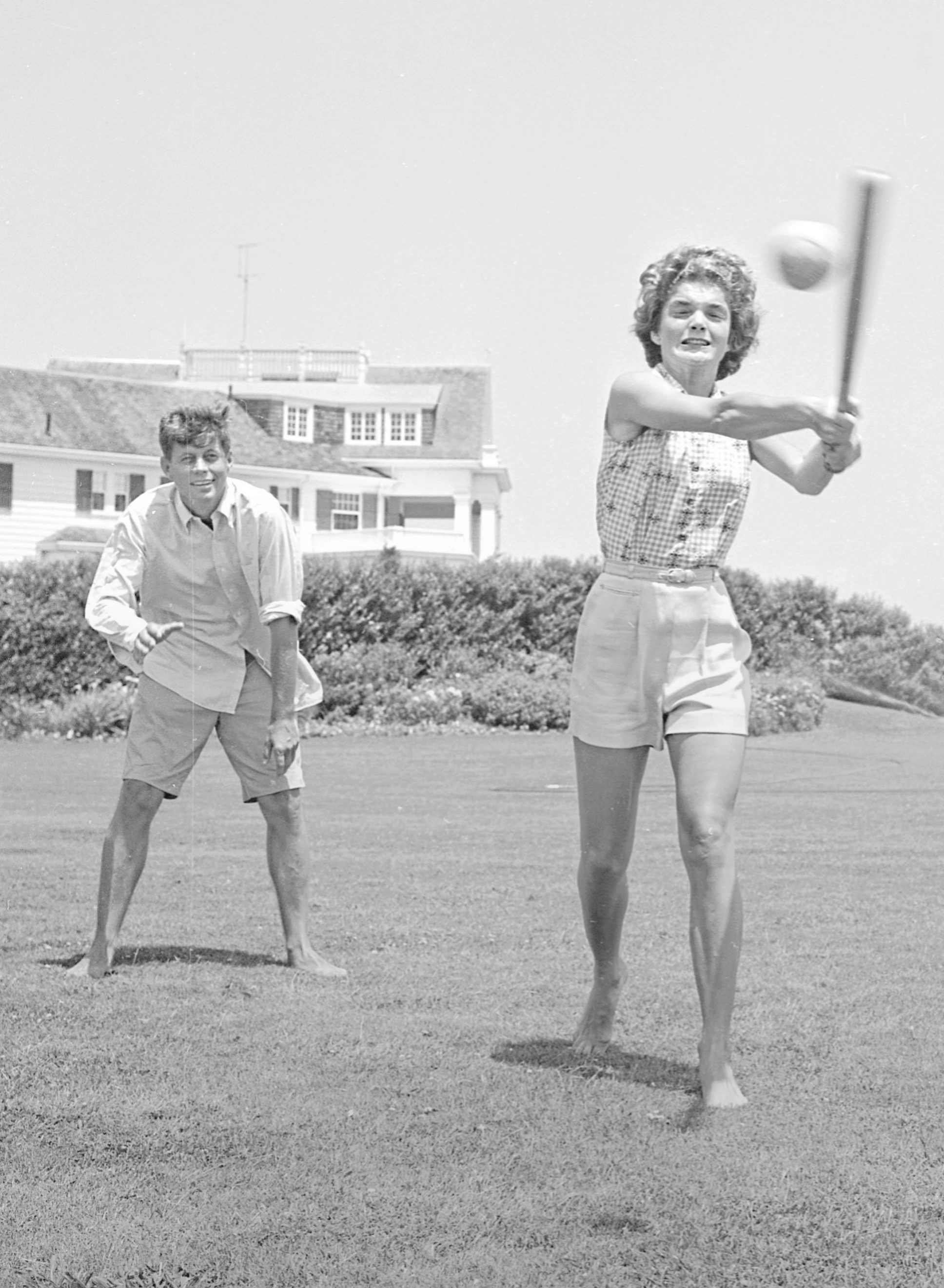John Fitzgerald Kennedy y su esposa Jacqueline, haciendo deporte.