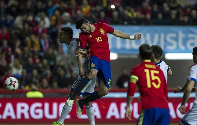 Diego Costa cabecea a puerta, durante el triunfo de España frente a Israel en Gijón.