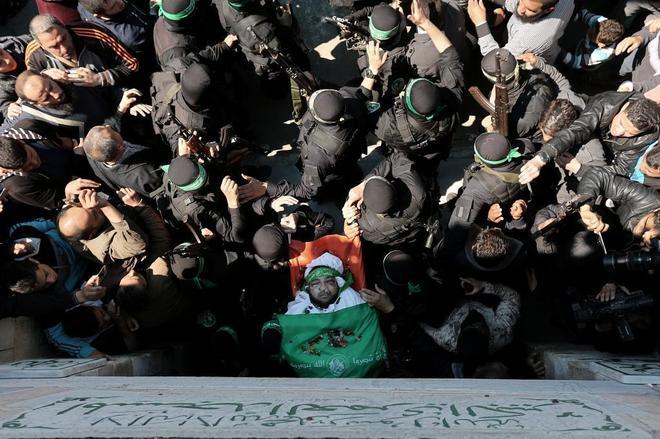 Soldados de Hamas trasladan el cuerpo de Mazen Fuqaha, durante su funeral en Gaza.