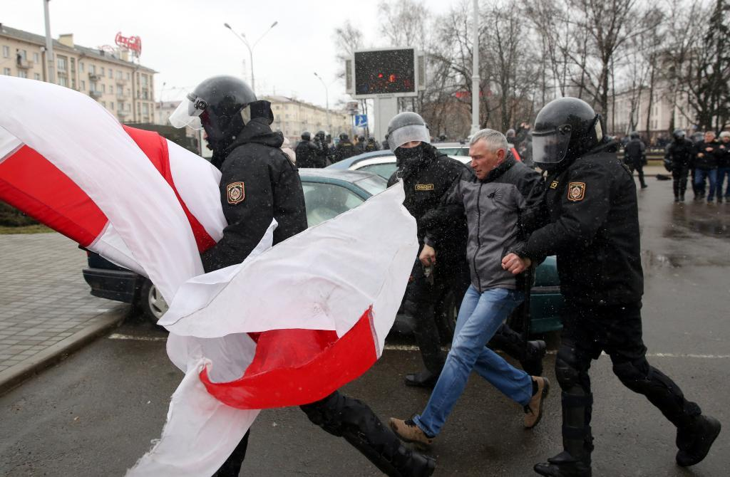 ZEN001. Minsk (Belarus), 25/03/2017.- Police officers detain a protester with a flag during a rally marking the unofficial 'Freedom Day' in Minsk, Belarus, 22 March 2017. Freedom Day is an unofficial holiday in Belarus in commemoration of the creation of the Belarusian People's Republic (BPR) on 25 March 1918. The Belarusian government does not recognize 25 March as a holiday due to the fact that the BPR was proclaimed under the German occupation. (Bielorrusia, Protestas) EFE/EPA/TATYANA ZENKOVICH