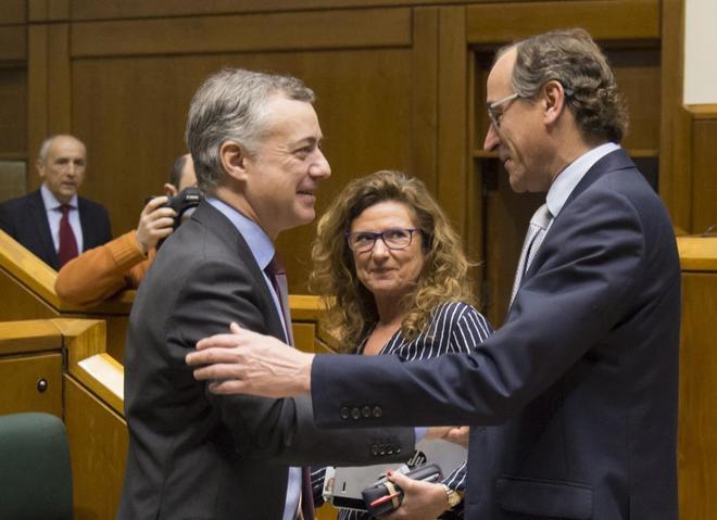 El 'lehendakari' Iñigo Urkullu saluda al presidente del PP vasco,...