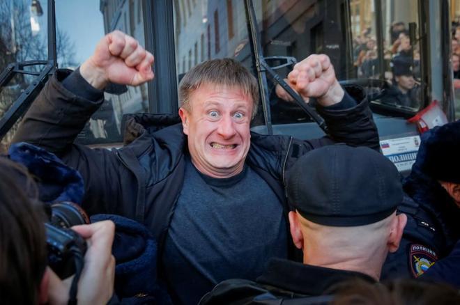 Un opositor intenta bloquear el autobús en el que la policía lleva detenido a Alexei Navalni.