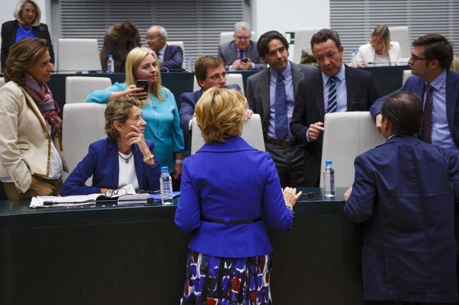Eseperanza Aguirre, de espaldas, rodeda por los concejales del PP en el Ayuntamiento de Madrid.