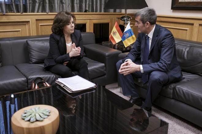 Soraya Sáenz de Santamaría y el presidente de Canarias, Fernando Clavijo, en una reunión el pasado día 20 en Las Palmas.